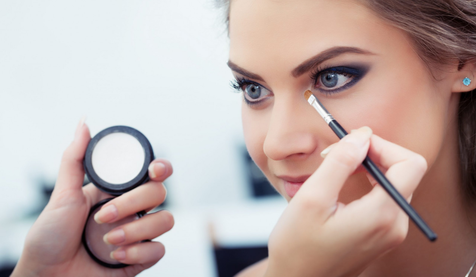 Are Women With Makeup More Confident than Without it?